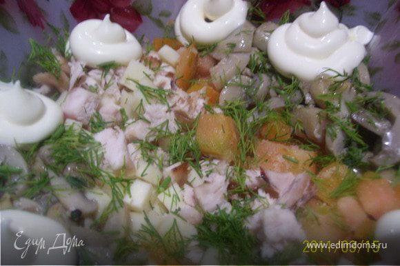 Сыр, помидоры режем мелкими кубиками. Все ингридиенты укладываем в салатник. Добавляем укроп и майонез.