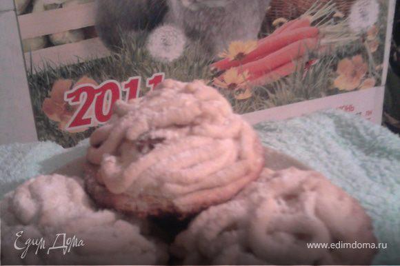 Готовое печенье я посыпала кунжутом (для маленькой доченьки - она обожает его) и сахарной пудрой.