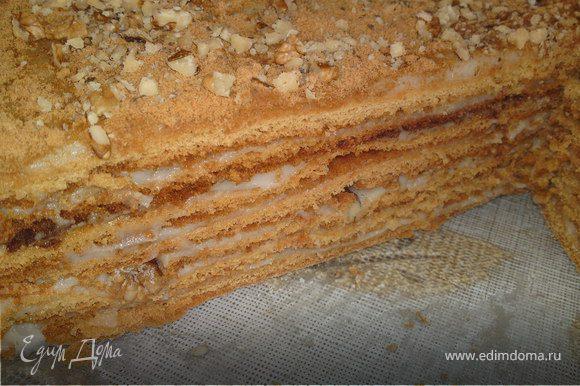 Каждый корж промазать кремом, а 8 корж измельчить для присыпки, между слоями посыпать орехами,а также сверху.