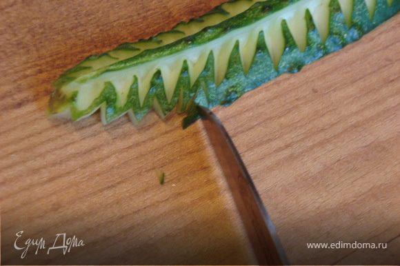 Листья из огурца Огурец По краям оформляем листик вырезанием уголков, обозначив ими зубчики по краю.