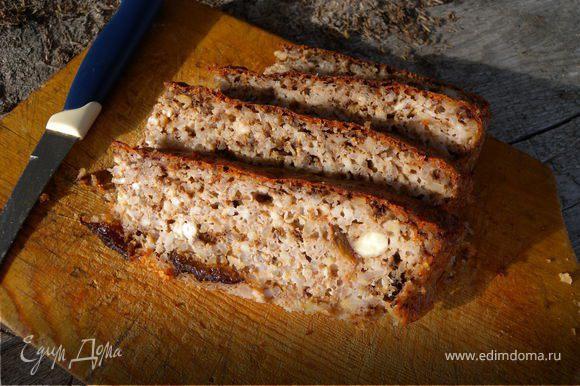 Смешать творожную массу и кефир. Добавить орехи и растопленное масло. Леденцы (вместо эссенции) перебить в пыль в кофемолке, добавить в тесто. Форму для выпекания смазать растительным маслом, вылить тесто. Запекать при температуре 180-190 С до готовности на нижнем нагреве духовки. В последнии 10 минут включить верхний (у кого есть)нагрев, для подрумянивания. У меня заняло 1 час времени.