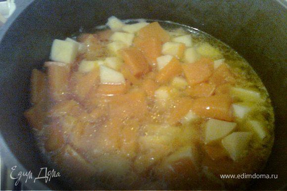 """У меня тыква была все-еще водянистая, поэтому через час я отправила ее в казанок. Когда тыква закипела, дабавила порезанный на небольшие кусочки картофель. В какой-то из Юлиных передач услышала и запомнила фразу: """"Если хотите, чтоб суп-пюре приобрел """"гладкую"""" консистенцию, надо обязательно добавить картофель."""""""