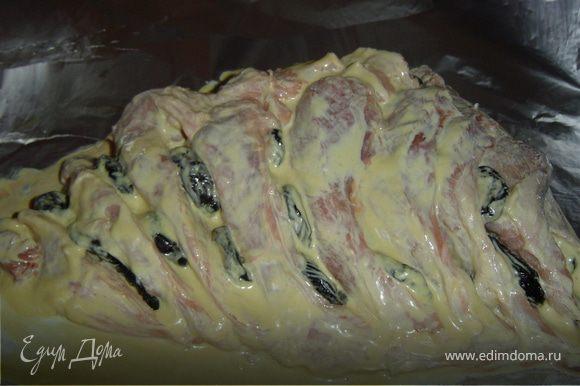 Заворачиваем мясо в несколько слоев фольги и отправляем в холодильник мариноваться на 6-7 часов, а лучше на 2-3 дня.