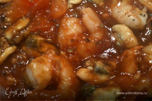Отварить мидии и креветки. Водичку, в которой они варились, не выливать. Соус — в томатную пасту добавляем пол стакана бульона от морепродуктов, 3—4 зубчика чеснока и мелко порезанный базилик 4—5 листиков. Отварить гречневую лапшу. Томат порезать кубиками. На сковородке, на медленном огне, без масла, тушим томаты, затем добавляем морепродукты и соус, закрываем крышкой, тушим минут 5—7.