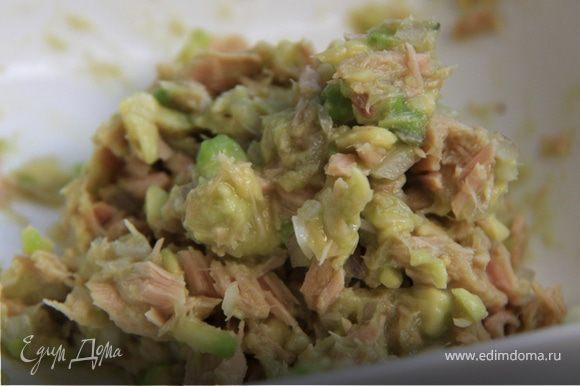2. Смешиваем с консервированным тунцом, солим-перчим по вкусу.