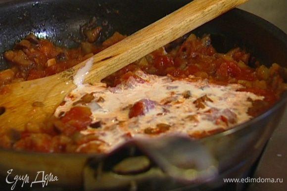 Влить сливки и 2 половника воды, в которой варятся макароны, и потушить еще пару минут.