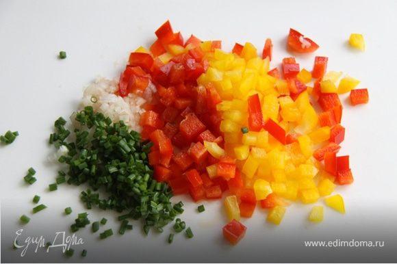 4. Мелко рубим шалот, зелёный чеснок, и мелкими кубиками сладкий перец.