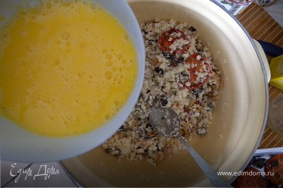 3. Взбить отдельно яйца венчиком. Добавить рис, оливковое масло. Домешать к творожной массе, оставить на 40 минут. (чтобы овощи и рис набрались жидкости)