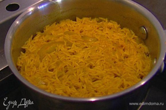 Всыпать рис басмати, перемешать, через минуту залить бульоном и отварить, в конце, если потребуется, подсолить.