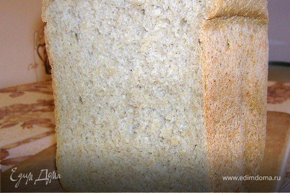 В форму закладываем все ингредиенты согласно типу хлебопечки и выпекаем. На своей хлебопечке я комбинирую режимы и хлеб выпекаю за 3 часа. Хлеб получается очень ароматный и вкусный. Вес хлеба на выходе 1 кг.
