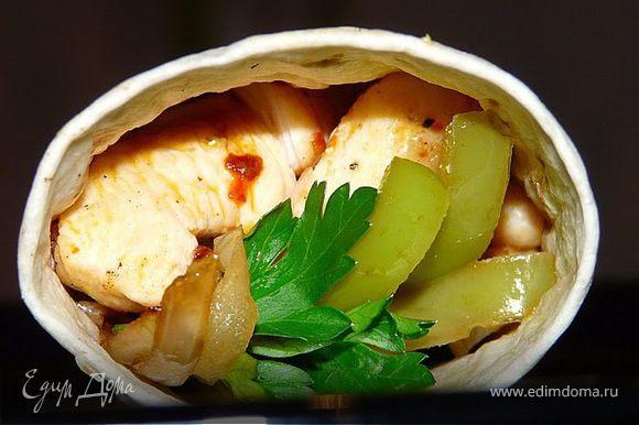 На сковороде гриль поджарить мясо (полоски) по несколько минут со всех сторон. Отложить. Теперь овощи, минут 5. Подогреть тортилья на гриле, положить на тарелку, выложить курицу, овощи, немного йогурта и петрушку, полить лимоном.