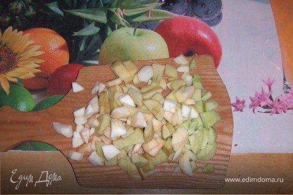 """Начинка. Очистить яблоки от кожуры. Нарежьте на кусочки, положить в кастрюльку и добавить 0,5 стакана воды. Довести до кипения, осторожно помешивая. Яблоки распарятся, станут """"пышными""""."""