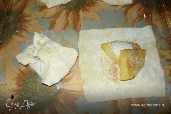 Ананас почистить и нарезать полукольцами или на четвертинки, в зависимости от размера ананаса и желаемого размера слоек. Тесто раскатать и нарезать на квадраты. В центра каждого квадрата положить кусочек или два ананаса, посыпать сахаром, добавить мускатный орех или имбирь (я сделала часть слоек с мускатом, часто с имбирем)