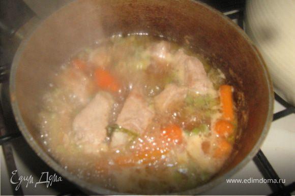 Мясо луком выложить в кастрюлю с толстым дном. На сковороде быстро обжарить морковь и горошек (не больше 3 минут), к ним добавить специи. Выложить в кастрюлю, добавить воды в уровень содержимому, поставить на огонь. Довести до кипения, затем максимально убавить огонь. Мясо должно томится не меньше полутора - двух часов.