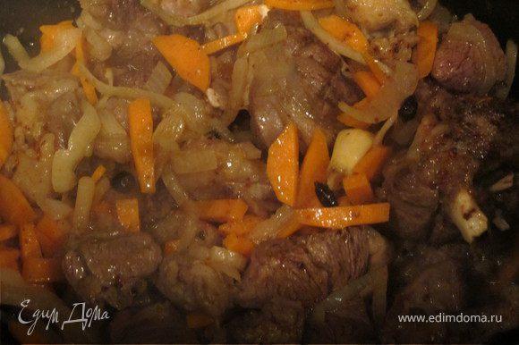 Казан поставить на огонь и прокалить. Добавить масло, обжарить баранину в течении 5-7 минут, добавить чеснок, через 1 минуту лук, через 2 минуты морковь, специи, посолить.