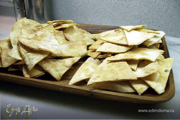 """""""Рецепт для чипсов"""" 6 лепешек смазать кукурузным маслом и разрезать на 8 кусочков (как пиццу). Запекаются на листе в духовке, разогретой до 170 градусов, 15-20 минут."""