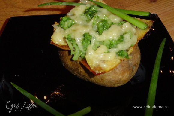Измельчаем картофель и капусту, соединяем с горчично-крахмальной смесью, перемешиваем.Заполняем картофелины подготовленным фаршем и отправляем в духовку при температуре 170гр. на 10 минут. Украшаем зеленью. Приятного аппетита!