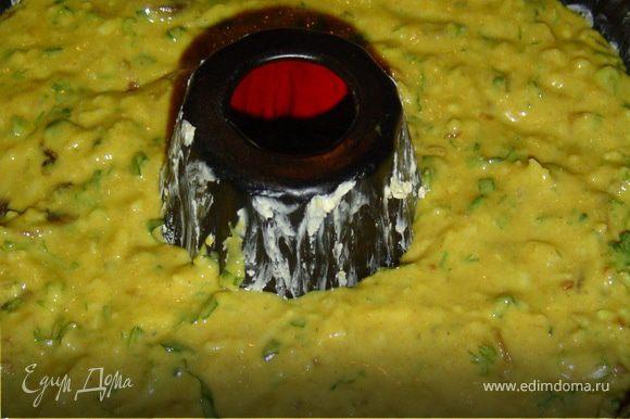 и выкладываем в форму, предварительно смазанную маслом.