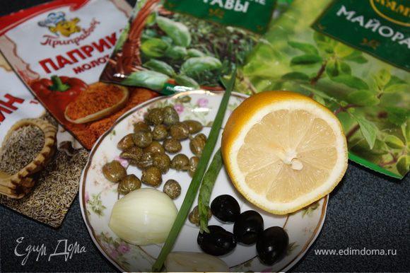 Лук измельчить, половину обжарить на растительном масле вместе с чесноком, измельченными маслинами. Добавить к ним сахар и майоран. Зеленый лук порезать.