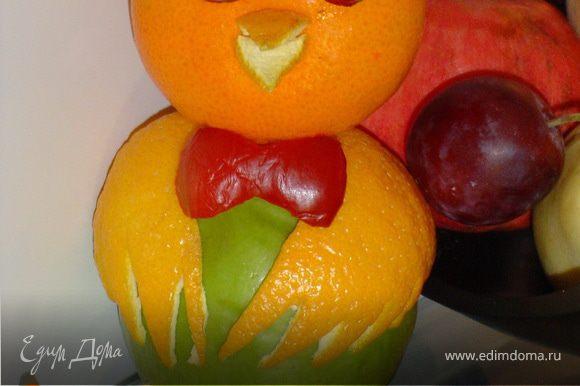 Лапки вырезаем из моркови или кожицы апельсина, крепим их с помощью зубочисток к нижней части яблока. Бабочку можно изготовить из красного яблока, сливы, сладкого перца и т.д.