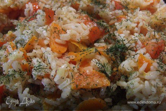 Перемешиваем рис и овощи, добавляем укроп