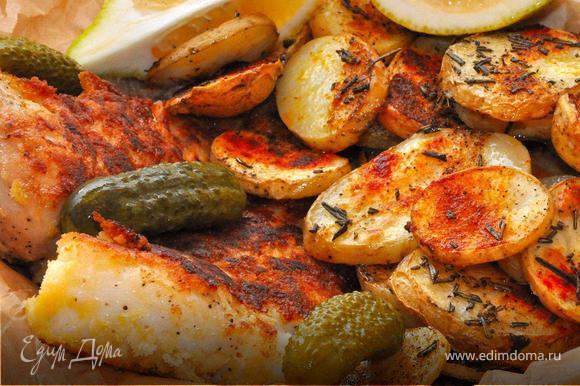 Теперь рыба: филе разделить на средние куски, посолить, поперчить, немного сбрызнуть соком лимона. Теперь обвалять в муке, затем в яйце, а потом в хлебных крошках. Сразу обжарить на растительном масле по 2-3 минуты с каждой стороны. Подавать Фиш энд Чипс можно в бумаге, как это делают в Англии, разложив картофельные чипсы и филе, добавить дольку лимона и обязательно несколько маринованных огурчиков. Это очень, очень вкусно!