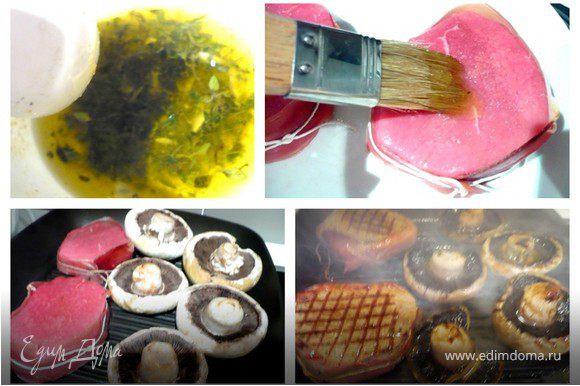 """Мясо и грибы смазать кисточкой пряным тимьяновым маслом, посолить и поперчить. На очень горячей сковороде-гриль обжарить мясо и грибы, переворачивая каждую минуту и смазывая маслом. Сколько жарить? Это как Вы любите. Я жарила 3-4 минуты с каждой стороны для средней прожаренности - то есть мясо еще розоватое. Готовые стейки переложить на тарелку и дать им постоять пару минут. Подавать с соусом """"Salsa Verde"""" http://edimdoma.ru/recipes/8908"""