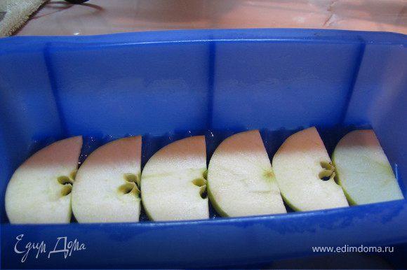 Форму (на Ваш выбор) смазать сливочным маслом и выложить подготовленную массу. Для придатия блюду некоторой праздности и торжественности я выложила дольки яблока на дно формы