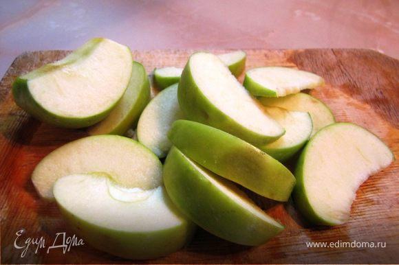 Яблоко нарезаем одинаковыми ломтиками-близнецами
