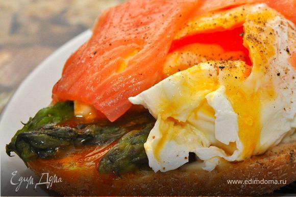 1.Asparagus & Salmon Bruschetta with poached egg. Итак, первой частью нашего завтрака будет пикантная брускетта с лососиной, спаржей и яйцом пашот. Для этого необходимо взять кусочек зерновой булочки и поджарить его в тостере до хрустящего состояния. Затем чуток намазать его сливочным или творожным сыром – это будет основа нашей брускетты. Теперь спаржа, три черенка спаржи припустить в кипящей подсоленной воде 3 минуты. Затем вынуть, срезать нижнюю часть стебля, обсушить полотенцем и слегка обжарить на гриле без масла. После чего снять с огня, сбрызнуть лимоном, чуть-чуть остудить и выложить на брускетту поверх сыра.