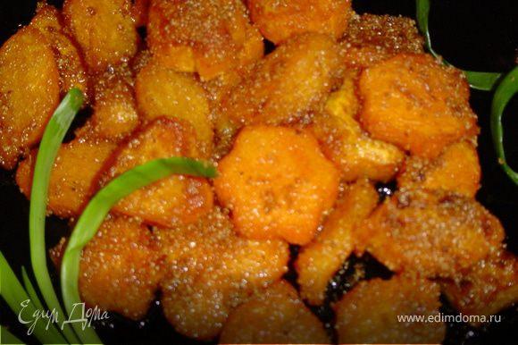 Выложите массу на сковородку с разогретым растительным (или оливковым) маслом и обжаривайте пока тыква не станет мягкой и не образуется корочка. Приятного аппетита!