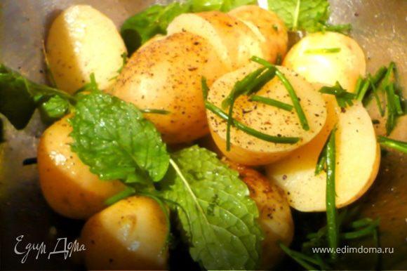 Подавать с дольками лимона и сметаной. На гарнир замечательно подходит молодая картошечка сбрызнутая оливковым маслом и лимонным соком и посыпанная мятой и шнитт-луком (зеленым луком)! Ням-ням :)))