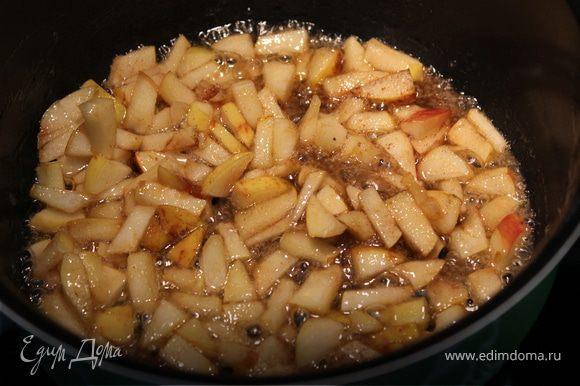 Яблоки нарезать маленькими кусочками и бросить в сотейник с растопленным маслом. Посыпать сахаром и жарить до карамельного цвета сиропа. В конце бросить орешки. И щедро посыпать корицей! Перемешать.