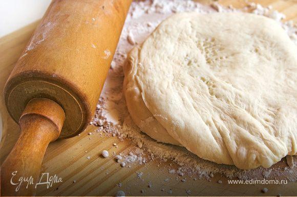 Увеличить скорость комбайна и вымесить тесто до однородного и тугого состояния На стол посыпанный мукой выложить тесто и вымесить еще минуту руками.