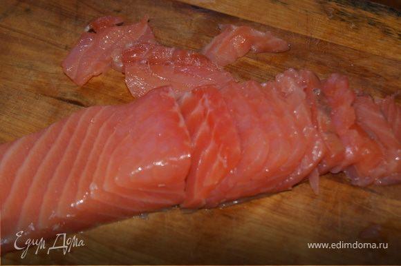 Филе рыбы нарежьте тонкими полосочками.
