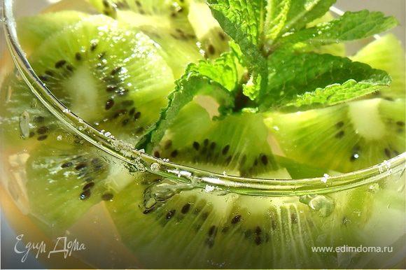 Подавать полив сверху соком лайма и украсив дольками киви, кружочком лайма и свежей мятой.