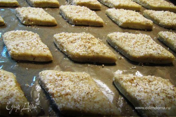 выкладываем печенье на смазанный маслом пергамент и в нагретую до 180 градусов духовку на 15-20 минут.