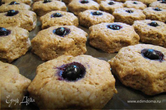 Выпекать печенье в духовке на среднем огне 15 минут, тогда оно получится мягкое в середине, 20 минут - посуше, в общем на любителя.