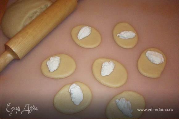 Готовое тесто раскатываем толщиной 5мм, вырезаем кружочки желаемого размера (в зависимости от того какие по величине сочни Вам хочется), на одну половинку кладем по ложечке начинки.