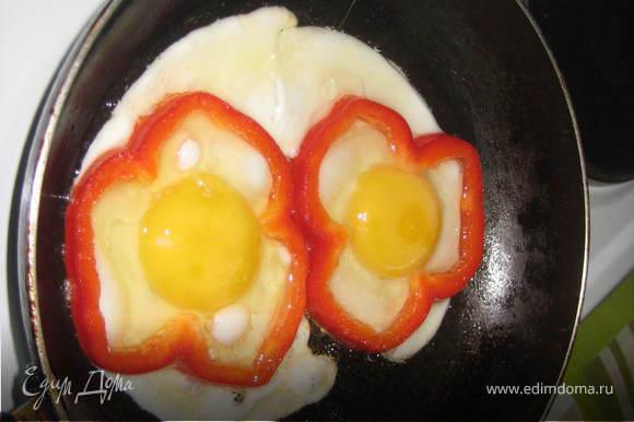 Почистить перец и порезать колечками.Обжарить слегка на растительном масле в сковороде и разбить внутрь колец перчика яйца!Жарить до готовности,украсить зеленью!