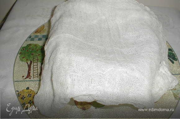 Вам понадобится мешочек из ткани или три слоя марли, кастрюлька и крючок. Вливаете в мешочек кислое молоко и подвешиваете мешочек на крючок и оставляете на несколько часов (я обычно вечером делаю, утром получаю готовый продукт). Подставляете кастрюльку для того, чтобы в нее стекала сыворотка, которую Вы можете использовать по своему усмотрению.