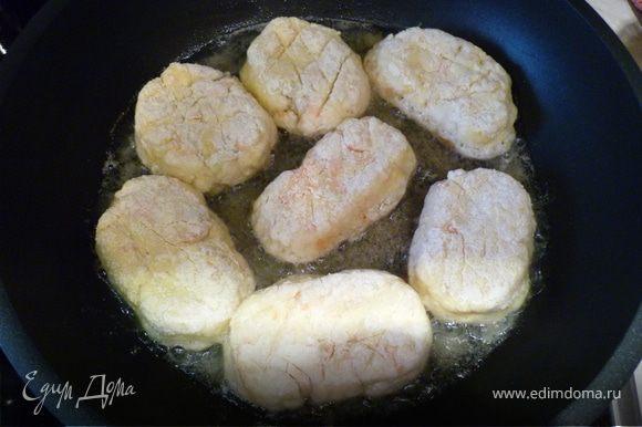 Жарим сырники в масле на раскаленной сковороде.