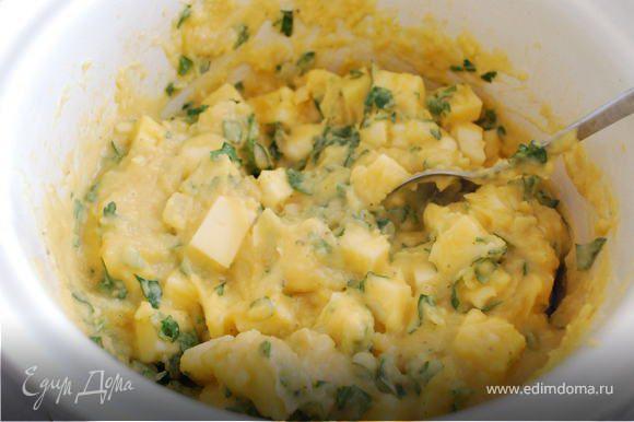 """Начинка: сварить картофель """"в мундире"""", очистить пока горячий. На сливочном масле спассеровать лук и мелко рубленный чеснок до золотистого цвета. Разогреть молоко и положить в него масло. Смешать картошку с молоком, сделать пюре. Слегка взбить 4 яйца и добавить в пюре, перемешать. Добавить сыр, предварительно порезанный на кубики, зажарку, мелко нарезанную петрушку, соль, перец, сушеные травы и снова перемешать."""