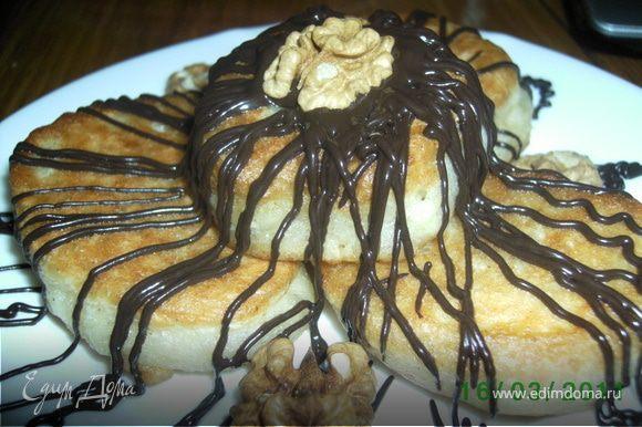 Готовые оладьи полить розтопленым шоколадом,можно украсить орешками.