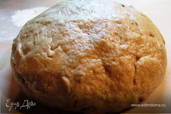 Также добавить мед . Замесить тесто, добавляя постепенно масло при необходимости муку.