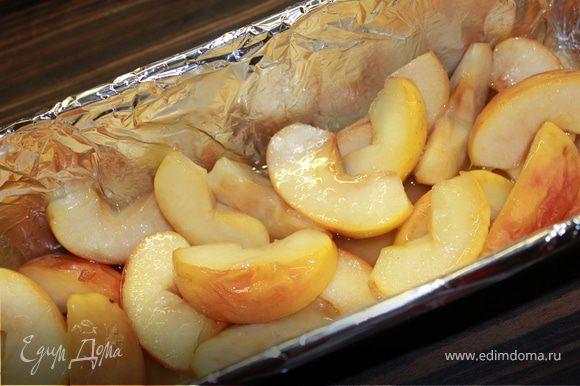 Выложить форму фольгой и смажем ее изнутри маслом. Выкладываем на дно наши готовые яблоки и сверху выливаем загустевшее шоколадное тесто. Ставим в духовку и выпекаем 25 минут в духовке, разогретой до 180 градусов.