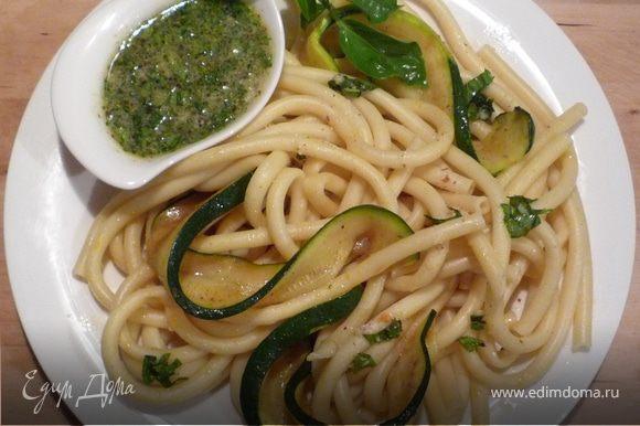 Добавить готовые спагетти. Перемешать с миндально-чесночным соусом. Приятного аппетита!
