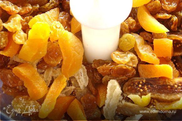 В блендере измельчить изюм, сушеный инжир, фисташки, курагу. Смешать с имбирем, лимонной цедрой, кардамоном и кокосовым молоком или сыром.