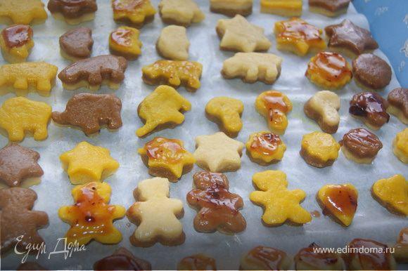 Часть печенья смазать клюквенным вареньем. Разогреть духовку до 180 градусов и выпекать 15-20 минут
