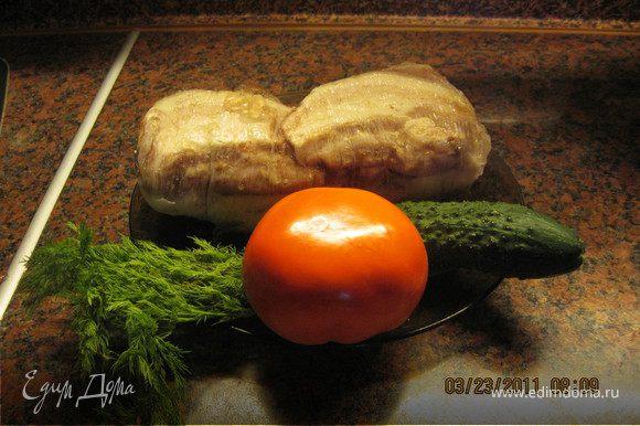 По окончании варки , выложить рулет на противень и поставить на ночь в холодильник. Подавать с зеленью и гарниром.